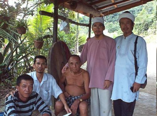 Bersama Ketua Rumah Panjang TR Bandok ak Ugon (tiada agama) dan Encik Brayan (baju berbelang). Encik Brayan pernah berhasrat untuk memeluk Islam. Beliau tinggal di rumah panjang lain yang terletak lebih kurang 1 Km daripada rumah yang didiami Saudara kita.