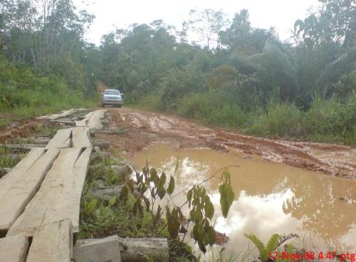 Jalan yang berlopak dan berlumpur serta sukar dilalui.