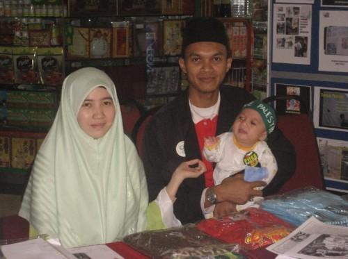 Muhammad 'Izzul Islam dengan Headband dan Badge Free Palestine.