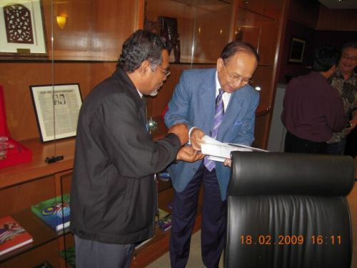 Presiden AMAL Malaysia menyerahkan proposal kepada YB Menteri Luar Negeri