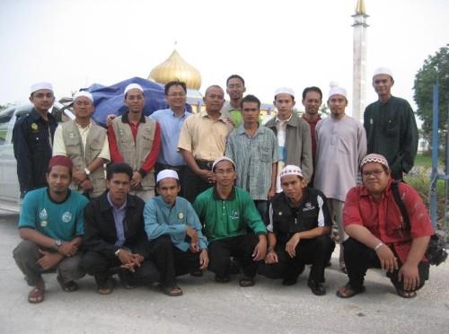 Bergambar Kenangan Bersama Du'aat HIKMAH di depan Masjid Bahagian Sarikei
