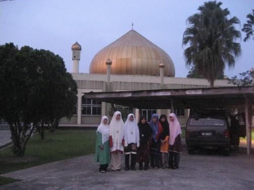 Rombongan Muslimat di depan Masjid Bahagian Sibu