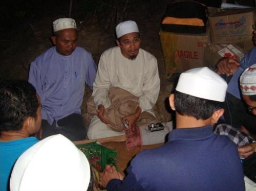 """Ustaz Mohd Amir Ridhwan menyampaikan Kuliah Maghrib """"Dakwah Itu Perlu Hikmah dan ilmu"""". Di sebelahnya Ustaz Mustajab, Dae'i HIKMAH"""