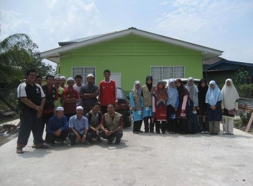 Alhamdulillah, mission accomplised! Gambar di depan Nurseri Al-Hidayah ABIM sebelum berangkat pulang.