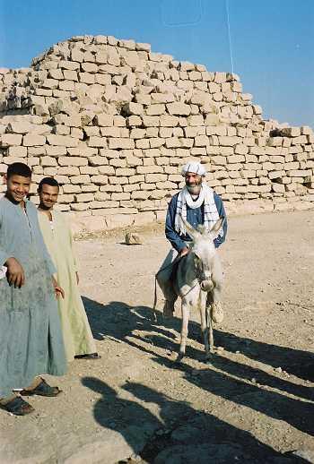Jean berserban dan berjanggut sedang menunggang keldai di Mesir - Tahun 2005