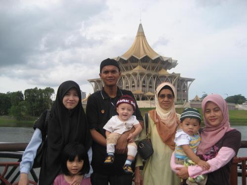 Bersama Keluarga Mertua di Kuching Waterfront, Berlatarbelakang Kompleks Dewan Undangan Negeri (DUN) Sarawak Yang Baru