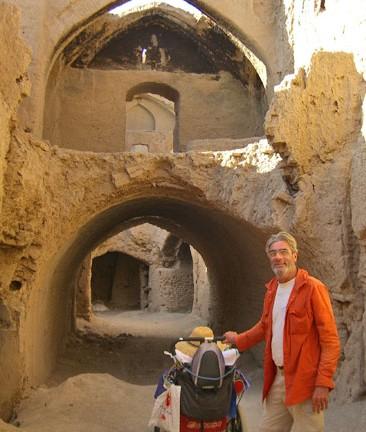 Jean mengabadikan gambar di sebuah tapak peninggalan sejarah di Iran - 2007