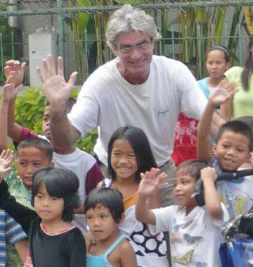 Jean bersama-sama kanak-kanak di Manila, Filipina pada 3 Februari 2009