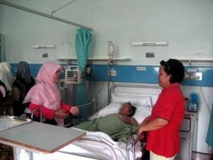 Puan Nur Zahirah bermesra bersama pesakit
