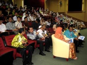 Hadirin dan VIP mengambil tempat