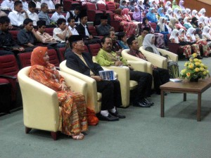 VIP khusyuk mendengar dan menilai isi diskusi