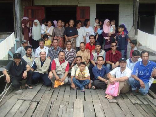 Sukarelawan AMAL bersama penghuni rumah Panjang Banyai, Ulu Segan