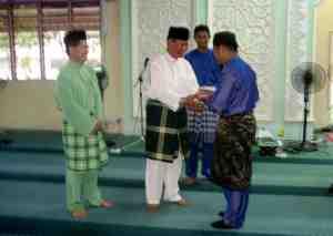 Cenderahati kepada Ustaz Salehuddin Abu Samah