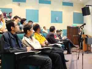 Hadirin Seminar Ekonomi khusyuk mendengar