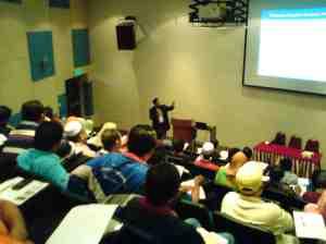 Seminar berlangsung dengan diskusi ilmiah