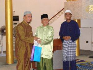 Timbalan Datuk Bandar menyampaikan Cenderahati kepada Ustaz Wan Shohor