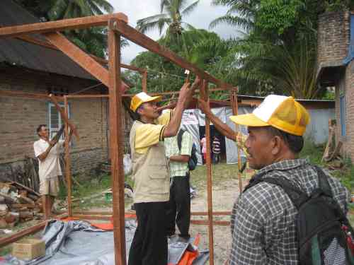 Dalam Proses Menyiapkan Khemah