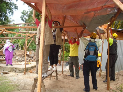 Memasang Tenda Khemah