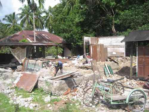 Gempa Bumi Memusnahkan Sebuah Rumah Di Kampung/Desa