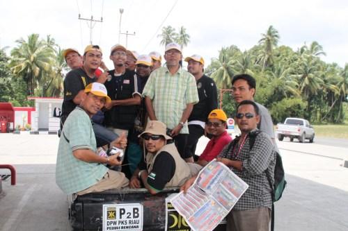 Sukarelawan AMAL dan PKS di atas pickup